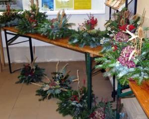 Auch in 2015 wurden wieder von mehrenen Frauen der Gemeinde Grabgestecke gebastelt und zum Kauf angeboten. Der Erlös von ~150 € ist für die Pflichtbaurücklage vorgesehen.